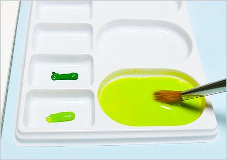 水彩絵の具をパレットに準備